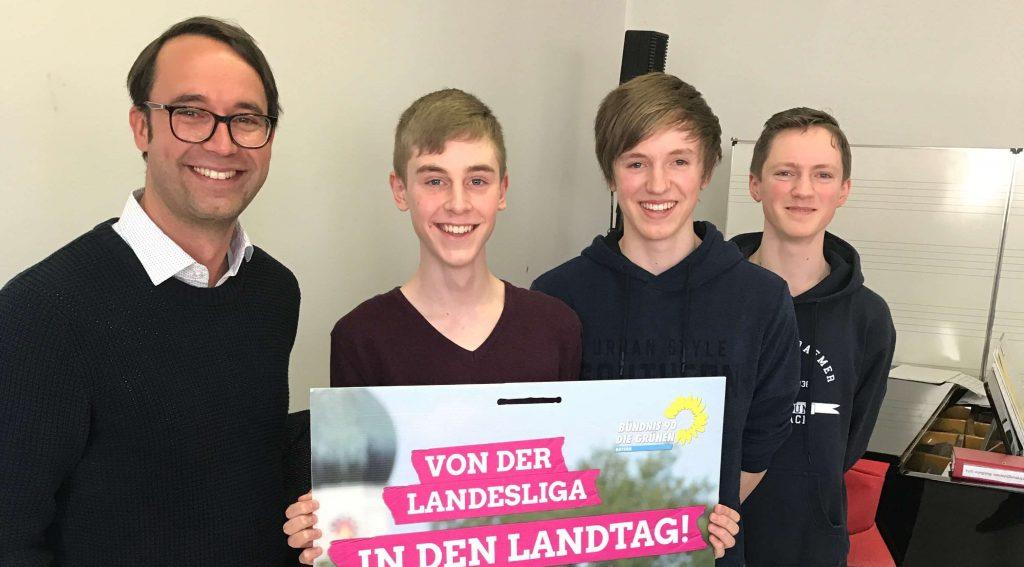 Ein Souvenir aus dem Wahlkampf: Bereitwillig erfüllte Max Deisenhofer die Foto- und Autogrammwünsche der Jugendlichen.